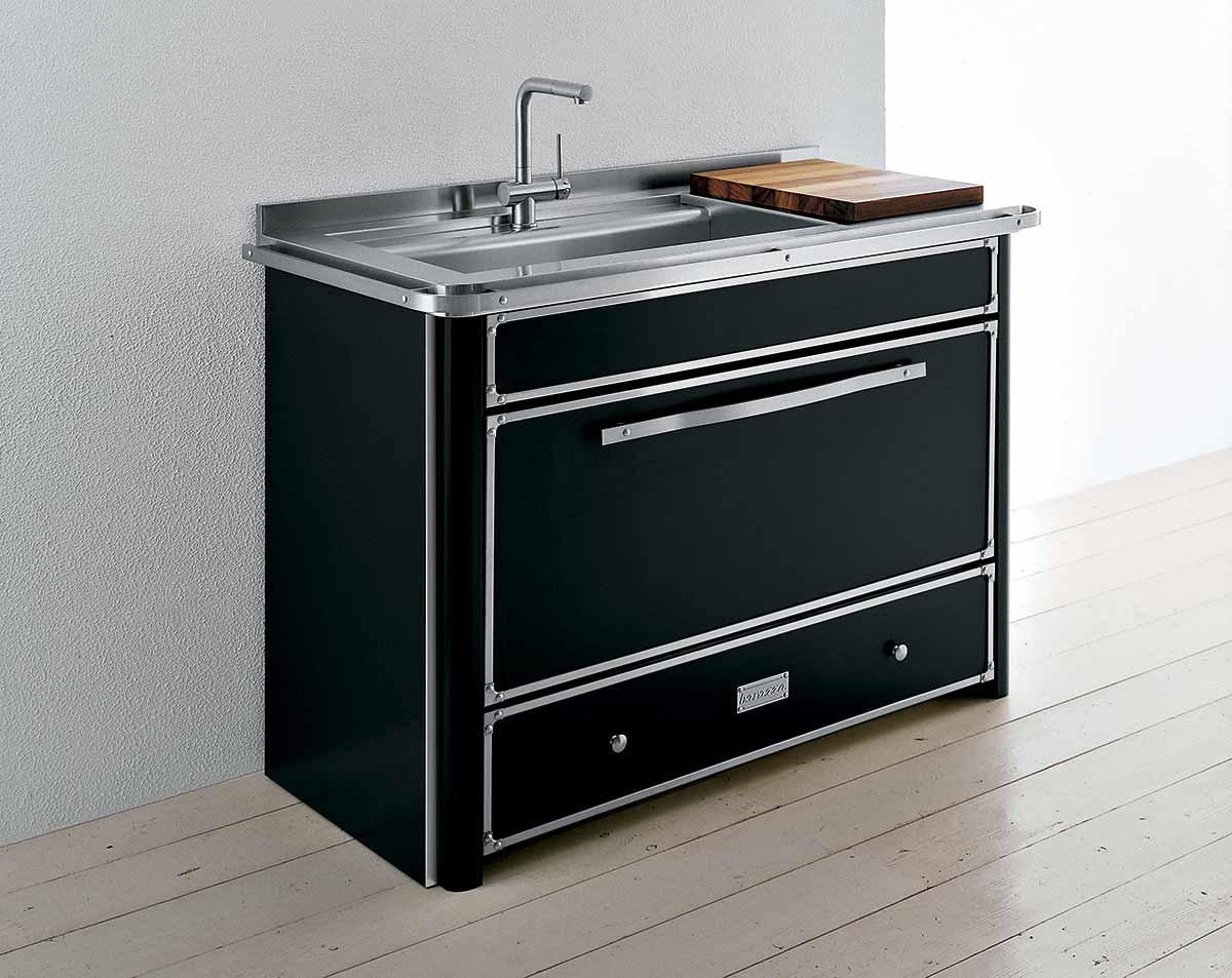 תנור שחור בשילוב כיור וברז