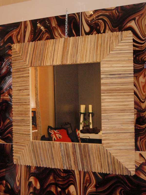 מראה עם מסגרת מעץ