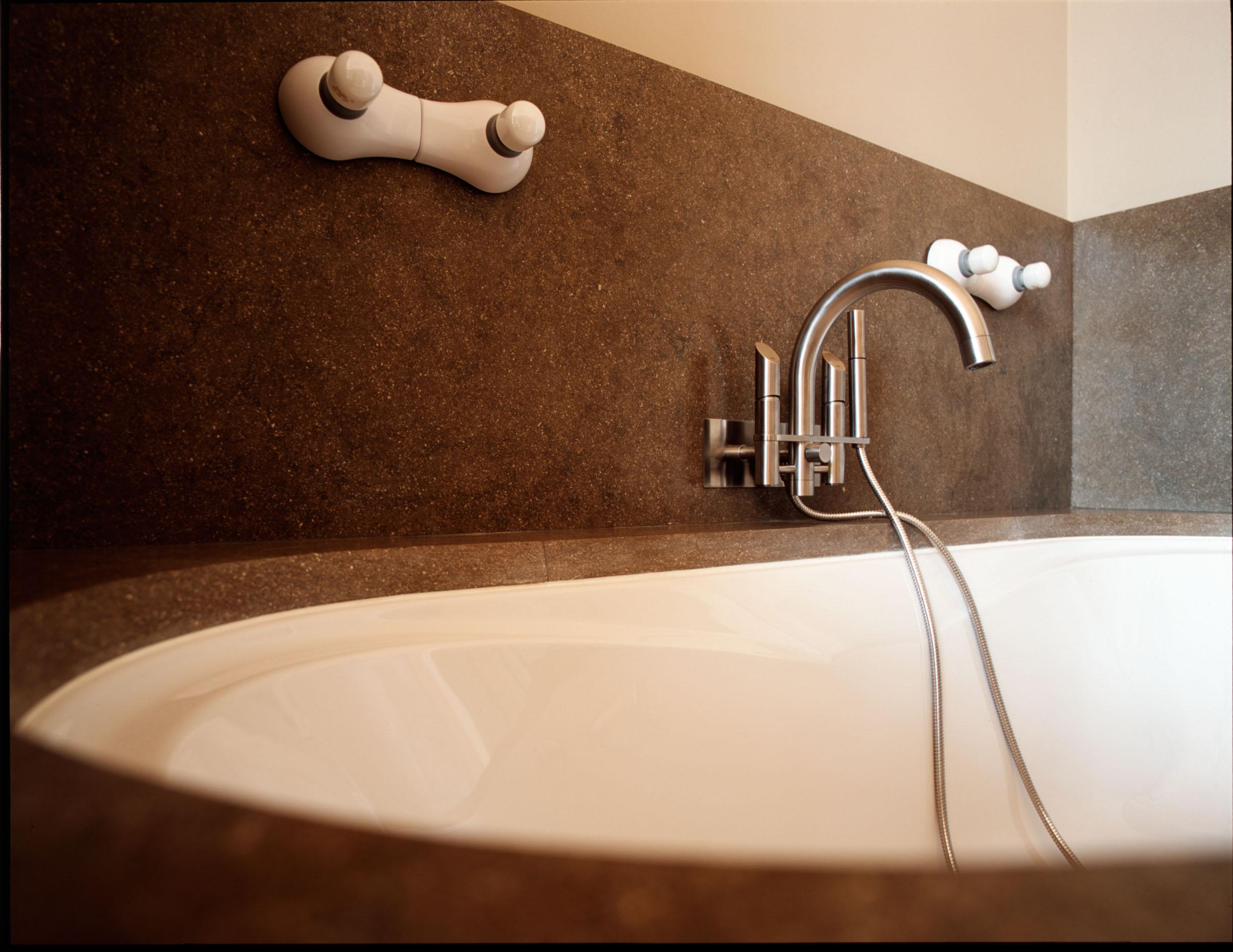 ברז אמבטיה מהקיר + מזלף